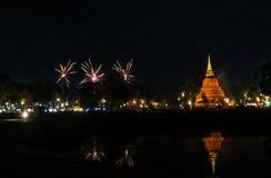 Piękny fajerwerku odbicie Nad Starym Pagodowym Loy Krathong Festi zdjęcia stock