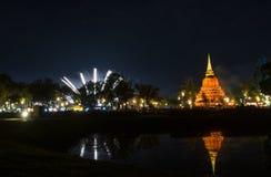 Piękny fajerwerku odbicie Nad Starym Pagodowym Loy Krathong Festi zdjęcie royalty free