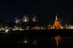 Piękny fajerwerku odbicie Nad Starym Pagodowym Loy Krathong Festi zdjęcia royalty free
