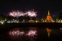 Piękny fajerwerku odbicie Nad Starym Pagodowym Loy Krathong Festi fotografia royalty free