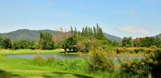 Piękny golfa pole z niebieskim niebem fotografia royalty free