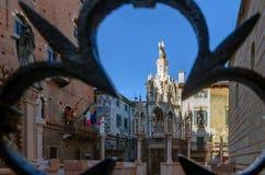 Piękny gothic pogrzebowy zabytek Scaligeri grobowowie w Verona zdjęcie stock