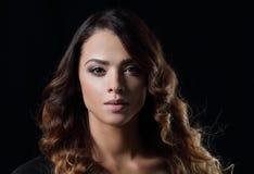 Piękny i atrakcyjny model w czerni sukni Fotografia Stock
