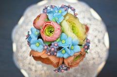 Piękny i smakowity domowej roboty tort z gumpaste jadalnymi kwiatami Obrazy Royalty Free