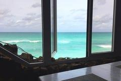 Piękny inspiruje widok ocean od okno Otwarte okno przegapia Atlantyckiego ocean Varadero Zdjęcia Stock