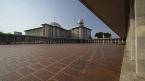Piękny Istiqlal meczet pod niebieskim niebem Zdjęcia Stock