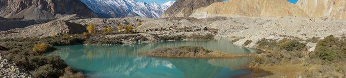 Piękny jezioro i góry w Pasu, Pakistan Zdjęcia Stock