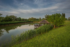 Piękny jezioro i gazebo na nim natura Zdjęcia Royalty Free