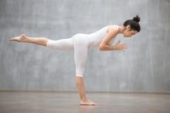 Piękny joga: Wojownika trzy poza Obrazy Stock