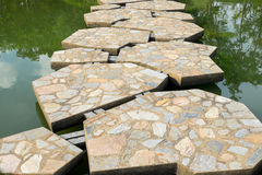Piękny kamienia most przez jezioro w parku Zdjęcia Stock