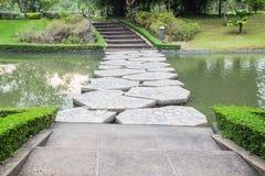 Piękny kamienia most przez jezioro w parku Fotografia Royalty Free