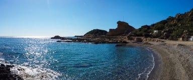 Pi?kny kamienisty wybrze?e morze ?r?dziemnomorskie w Greece w s?onecznym dniu Wideangle zdjęcia stock