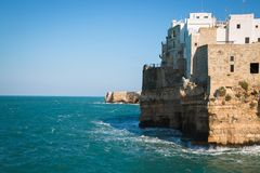 Piękny kamienny miasteczko na falezach Polignano klacz Obraz Royalty Free