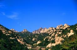Piękny kasztelu szczyt pod niebieskim niebem Zdjęcia Stock