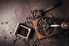 Piękny kawowy ostrzarz i kawowa fasola na starym kuchennym stole Obraz Royalty Free
