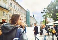 Piękny kobieta turysta chodzi centrum stary Lviv Zdjęcie Royalty Free