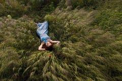 Piękny kobiety dosypianie na wysokiej trawie Obraz Royalty Free