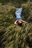 Piękny kobiety dosypianie na wysokiej trawie Zdjęcie Royalty Free