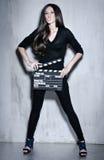 Piękny kobiety mienia clapperboard Zdjęcia Royalty Free