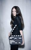Piękny kobiety mienia clapperboard Zdjęcia Stock