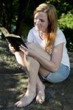 Piękny kobiety czytanie Zdjęcie Royalty Free