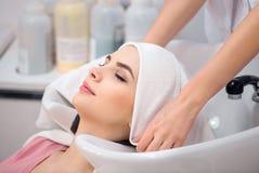 Piękny kobiety obsiadanie w fryzjerstwo salonie Fotografia Stock