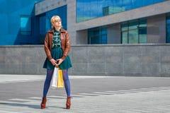 Piękny kobiety odprowadzenie z torba na zakupy Obraz Stock