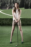 Piękny kobiety sztuka golf z golf-club Zdjęcie Stock