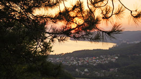 Piękny kolorowy zmierzch nad czarnymi górami przez sosny od wzrosta i morzem Agoy, Tuapse region, Rosja Obrazy Stock