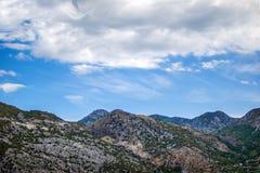 Piękny krajobraz, góra, niebo i chmury, fotografia royalty free