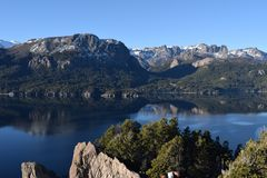 piękny krajobraz Jeziora i góry Zdjęcie Stock