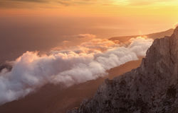 Piękny krajobraz na górze z niskimi chmurami przy zmierzchem Fotografia Stock