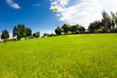 Piękny krajobraz pole golfowe z flagstick Zdjęcia Stock