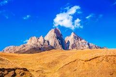 Piękny krajobraz pustynia z szczytowymi górami Rosja, Obrazy Royalty Free