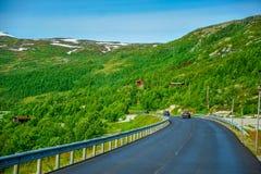 Piękny krajobraz, sceneria Norwegia i zielona sceneria, wzgórza i góra Obrazy Royalty Free