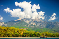 Piękny krajobraz (Turcja) Góra nad cloudscape i seac Zdjęcia Stock