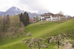 Piękny krajobraz w Gruyeres z dom na wsi Obraz Stock
