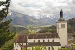 Piękny krajobraz z Alps górami i cementery, Gruyeres, Szwajcaria Zdjęcia Stock