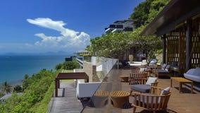 Pi?kny krajobraz z niebem, zielonymi drzewami i hotelem, zdjęcia royalty free
