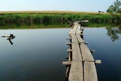 Piękny krajobraz z stawowym mostem nad nim Zdjęcia Royalty Free
