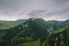 Piękny krajobraz z zielonymi majestatycznymi górami Fotografia Royalty Free
