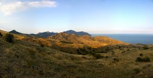 Piękny krajobrazowy widok góry, ocean, niebo, na jasnym summ Obrazy Stock
