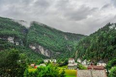Piękny krajobrazu, scenerii widok Norwegia i, zielona sceneria wzgórza i góra w chmurnym dniu Zdjęcie Royalty Free