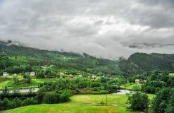 Piękny krajobrazu, scenerii widok Norwegia i, zielona sceneria wzgórza i góra w chmurnym dniu Fotografia Royalty Free