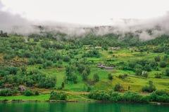 Piękny krajobrazu, scenerii widok Norwegia i, zielona sceneria wzgórza i góra w chmurnym dniu Obrazy Stock