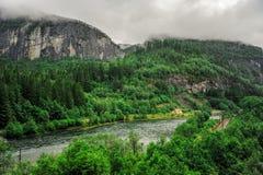 Piękny krajobrazu, scenerii widok Norwegia i, zielona sceneria wzgórza i góra w chmurnym dniu Zdjęcia Royalty Free