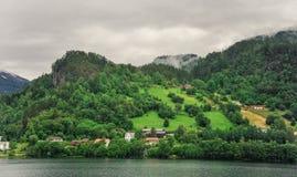Piękny krajobrazu, scenerii widok Norwegia i, zielona sceneria wzgórza i góra w chmurnym dniu Obrazy Royalty Free