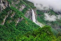 Piękny krajobrazu, scenerii widok Norwegia i, zielona sceneria wzgórza i góra w chmurnym dniu Fotografia Stock