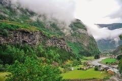 Piękny krajobrazu, scenerii widok Norwegia i, zielona sceneria wzgórza i góra w chmurnym dniu Zdjęcia Stock