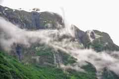 Piękny krajobrazu, scenerii widok Norwegia i, zielona sceneria wzgórza i góra w chmurnym dniu Zdjęcie Stock